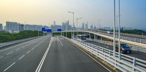 记者12日从深圳交通运输委员会获悉,深圳三个在建的高速公路项目今